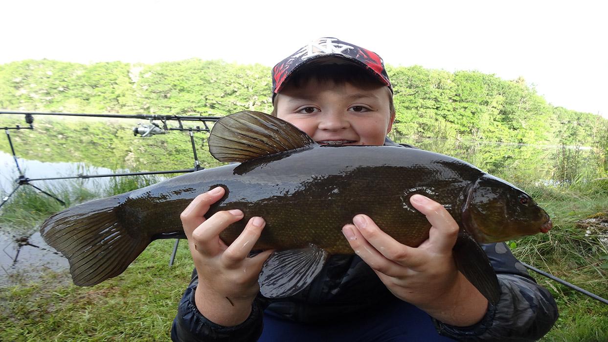 Louis Juillet 2021 avec une belle tanche, un record pour notre jeune pêcheur